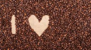 AMO IL CAFFÈ fatto dei chicchi di caffè e della tazza di caffè rossa Fotografie Stock