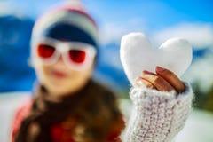 Amo invierno Muchacha feliz del invierno que lleva desgaste hecho punto bufanda Exc Imagen de archivo