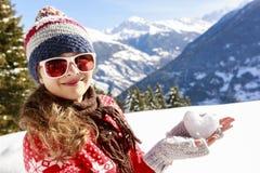 Amo invierno Muchacha feliz del invierno que lleva la bufanda hecha punto del desgaste Exc Imagen de archivo libre de regalías