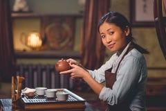 Amo joven del té en sitio fotos de archivo libres de regalías