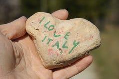 Amo l'Italia, cuore di pietra su una palma asciutta della mano Fotografie Stock