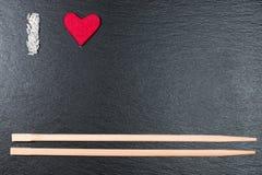 Amo? la bella giovane ragazza del brunette che tiene il grande cuore rosso, isolato su priorità bassa bianca Fotografie Stock Libere da Diritti