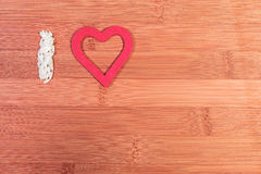 Amo? la bella giovane ragazza del brunette che tiene il grande cuore rosso, isolato su priorità bassa bianca Fotografia Stock Libera da Diritti