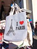 Amo la borsa della torre Eiffel del ricordo di Parigi da vendere il chiosco fotografie stock