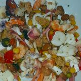 Amo la ensalada del mar con los camarones, el pulpo, el calamar, el atún, las aceitunas, los guisantes y las habas imagen de archivo