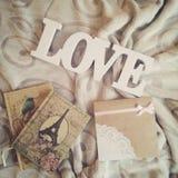 Amo la inscripci?n en un fondo hermoso con los cuadernos foto de archivo