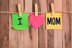 Amo la nota en forma de corazón de la mamá imagen de archivo libre de regalías