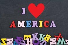 Amo la palabra de América en el fondo negro del tablero compuesto de letras de madera del ABC del bloque colorido del alfabeto, c Imágenes de archivo libres de regalías