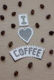 Amo las letras del café con los granos del café y del corazón en un Ca Fotografía de archivo