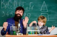 Amo lo studio a scuola Chimica di studio Lo studio è interessante Invenzione chimica Laboratorio della scuola Insegnante e fotografie stock libere da diritti