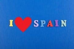 Amo palabra ESPAÑOLA en el fondo azul compuesto de letras de madera del ABC del bloque colorido del alfabeto, copio el espacio pa Imagen de archivo libre de regalías