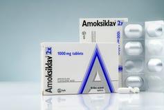 Amoksiklav 2x 1000毫克影片涂上了片剂 阿摩西林和clavulanic酸 在梯度背景的抗生素药片 空白片剂 免版税库存图片