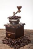 Amoladora aislada del grano de café al lado de la haba fresca del coffe fotografía de archivo libre de regalías