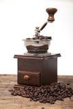 Amoladora aislada del grano de café al lado de la haba fresca del coffe imagenes de archivo