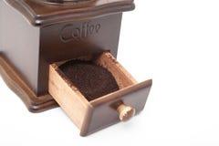 Amoladora aislada del grano de café del vintage y café molido fresco imagen de archivo