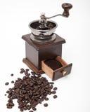Amoladora aislada del grano de café del vintage y café molido fresco fotografía de archivo