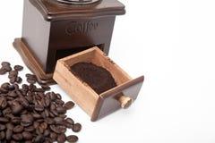 Amoladora aislada del grano de café del vintage y café molido fresco fotos de archivo