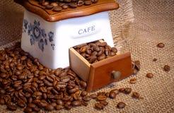 Amoladora con los granos de café Fotografía de archivo libre de regalías