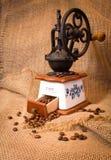 Amoladora con los granos de café Fotos de archivo