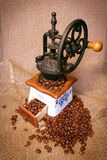 Amoladora con los granos de café Fotografía de archivo