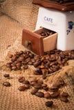 Amoladora con los granos de café Fotos de archivo libres de regalías