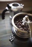 Amoladora de café con las habas Imágenes de archivo libres de regalías