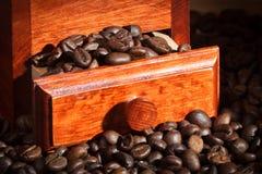 Amoladora de café con los granos de café Imagen de archivo