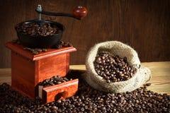Amoladora de café con los granos de café Fotografía de archivo libre de regalías