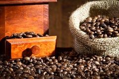 Amoladora de café con los granos de café Fotos de archivo