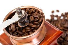 Amoladora de café con los granos de café Foto de archivo libre de regalías