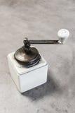 Amoladora de café de la mano del vintage fotos de archivo