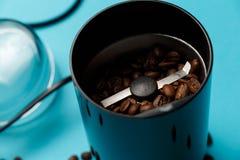 Amoladora de caf? el?ctrica con los granos de caf? asados foto de archivo libre de regalías