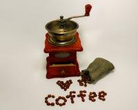 Amoladora de café en el fondo blanco fotos de archivo