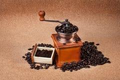 Amoladora de café en fondo del corcho Fotos de archivo libres de regalías