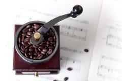 Amoladora de café en música de hoja Imágenes de archivo libres de regalías