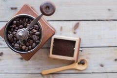 Amoladora de café en una tabla de madera Imágenes de archivo libres de regalías