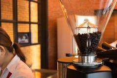 Amoladora de café, granos de café en café Fotografía de archivo libre de regalías