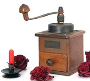Amoladora de café manual con las rosas en un fondo blanco antiquary imágenes de archivo libres de regalías