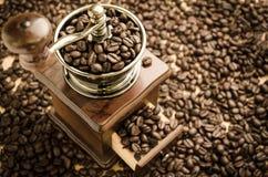 Amoladora de café manual con los granos de café Fotografía de archivo libre de regalías