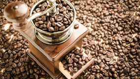 Amoladora de café manual con los granos de café Imágenes de archivo libres de regalías