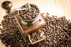 Amoladora de café manual con los granos de café Fotografía de archivo