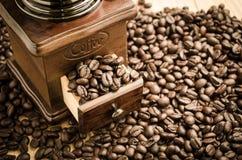 Amoladora de café manual con los granos de café Fotos de archivo libres de regalías
