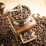 Amoladora de café manual con los granos de café Fotos de archivo