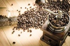 Amoladora de café manual con los granos de café Imagenes de archivo