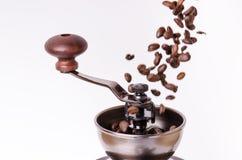 Amoladora de café manual con los granos de café Aislado Fondo blanco Estilo moderno Granos de café asados Granos de café de la le Imagen de archivo libre de regalías