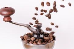 Amoladora de café manual con los granos de café Aislado Fondo blanco Estilo moderno Granos de café asados Granos de café de la le Fotos de archivo libres de regalías