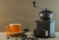 Amoladora de café manual de madera imagen de archivo libre de regalías