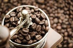 Amoladora de café manual del vintage con los granos de café Fotografía de archivo