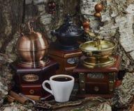 Amoladora de café manual del vintage con los granos y la taza de café Fotos de archivo