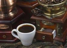 Amoladora de café manual del vintage con los granos y la taza de café Fotografía de archivo libre de regalías